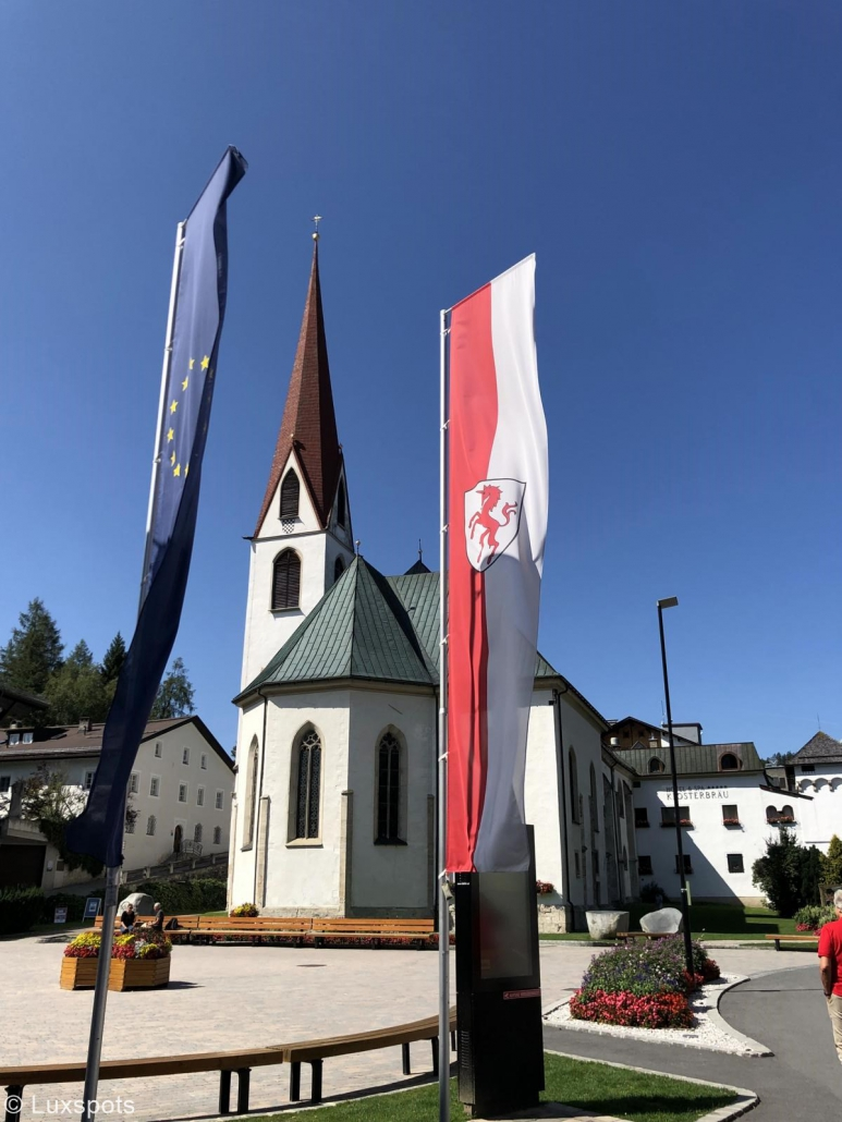 Dorfplatz mit Kirche in Seefeld, Tirol