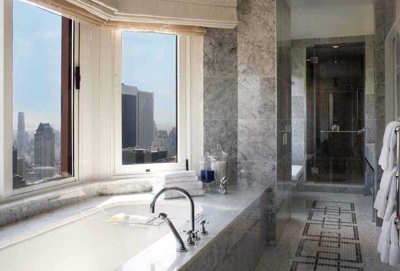 Badeværelserne er store og lyse, takket være designet med lyse sten og glas i rigelige mængder. Alle værelser har dobbelt brusebad, enkelte har kar med udsigt – som her i den kostbare penthouse.