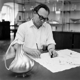 Henning Koppel ved arbejdsbordet.