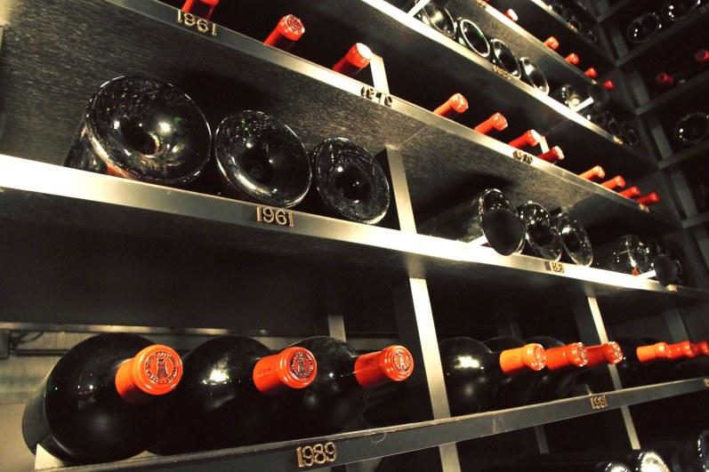 Ved et tryk på en hemmelig knap åbner bagvæggen i Latours hovedlager sig, og et rent skatkammer af imperialflasker åbenbarer sig. Fra gulv til loft i ca. 10 meters højde ligger der flotte seksliters-flasker af årgange helt tilbage til 1900. Billigste flaske koster ca. 100.000 kr., den dyreste over tre mio. kr.