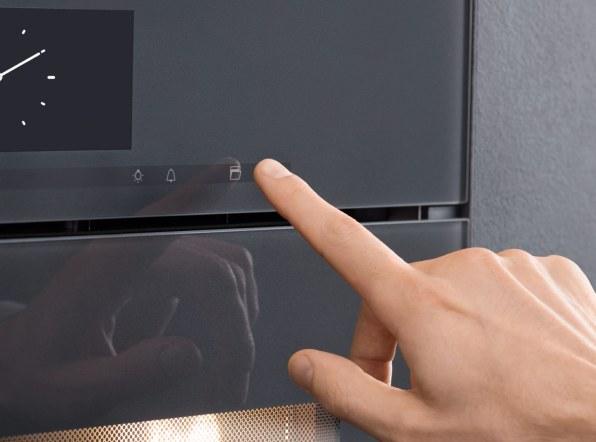 Et let tryk på sensortasten på ovnen, og lågen går automatisk op.