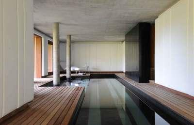 Det separate poolhus er designet i uruguaysk stil, der typisk byder på rene linjer og simple former