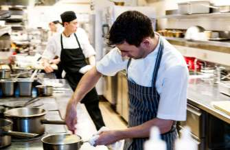 The London byder på en restaurant, hvor man spiser godt. Den franskinspirerede 'Maze by Gordon Ramsay' var den britiske TV-koks første amerikanske satsning, og her serveres både gourmet og klassikere som Beef Wellington.