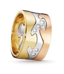 'Fusion'-ringen designet af Nina Koppel – i tre forskellige guldfarver (hvidt, rødt og gult guld) med og uden farveløse og sorte brillanter og rubiner. Som set med 0.16 carat brillanter koster ringen 17.975 kr. (fotograf: Peter Krasilnikoff).