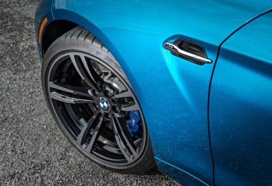 De blå bremser er hentet fra den dyrere og kraftigere M4, akkurat som undervognen med de eksotiske aluminiumsdele, fjedre og dæmpere. M2 er dog kortere og lettere end storebroderen.
