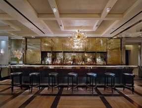 The London byder på en velassorteret bar i britisk stil.