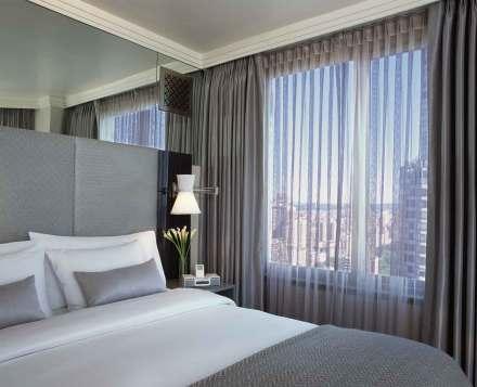 Alle værelser på The London er indrettet som suiter. Fra soveværelset har du enten udsigt mod Central Park eller Manhattan.