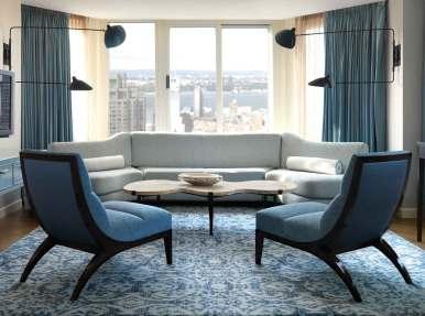 Designeren har bevaret de smukke plankegulve, som er atypiske for et New York-hotel, og de lyse suiter føles mere som private hjem end hotelværelser.