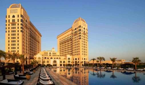Poolområdet på luksushotellet St. Regis i Doha.
