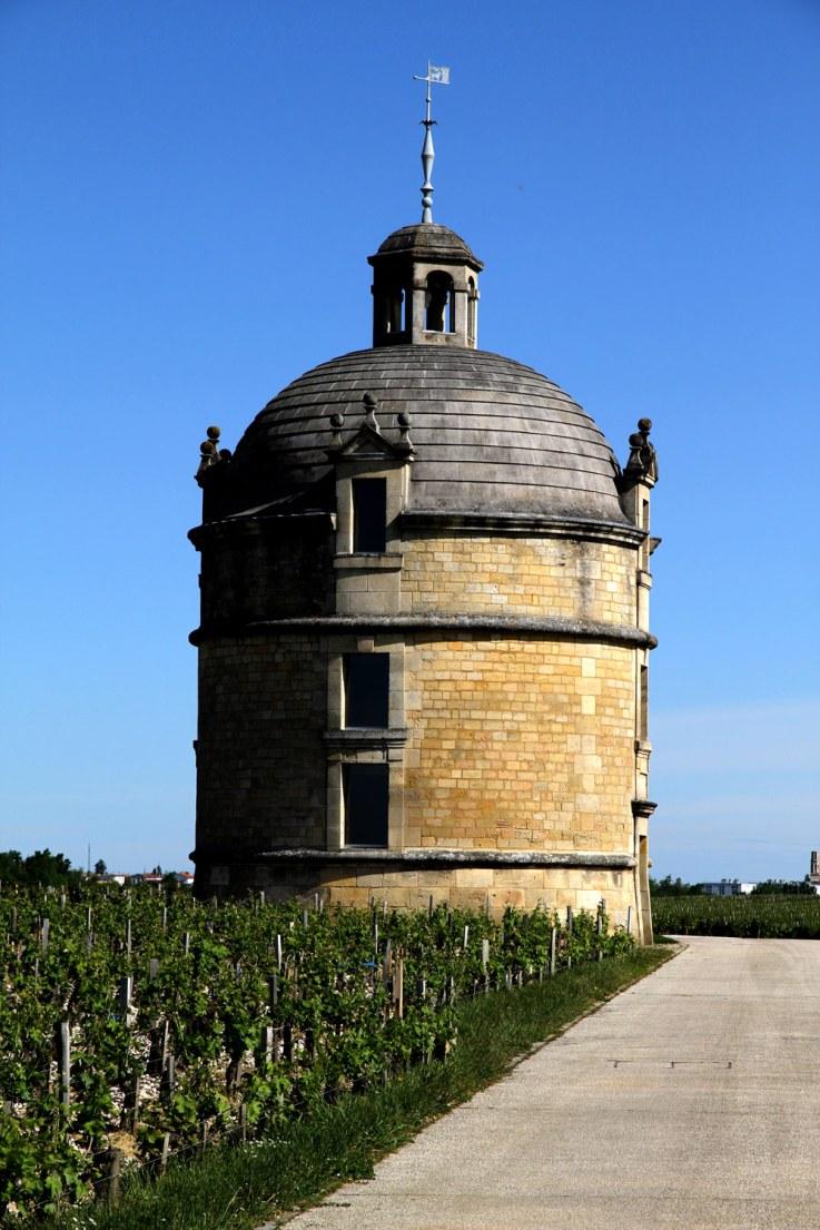 Chateau Latours ikoniske tårn ligner på afstand en lettere provokerende finger-gestus til resten af området som symbol på, at priserne er stukket helt af hos producenten med nogle af verdens mest eftertragtede vine.