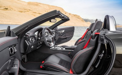 Den lækre kabine byder på den rette kombination af sport og luksus. Interiøret blevet opdateret med bl.a. en større skærm samt et nyt rat, som slægter de øvrige nye Mercedes- modeller på.