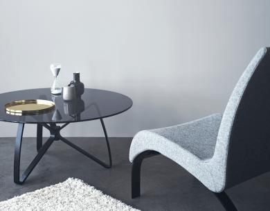 Bordet Bowtie er ideelt at bruge i lounges eller som sofabord og kan købes for 6.995 kr. Bordet giver en følelse af lethed og transparens med den gennemsigtige glasbordplade og stålben med form som en klassisk butterfly.