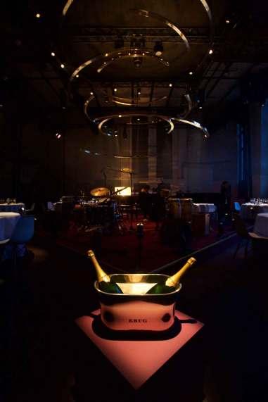 De imponerende rammer for gourmetmiddagen kreeret af stjernekokken Tim Raue, og med underholdning af Jacky Terrasson og hans band.