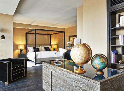 Soveværelset i Sixty Loft suiten er udstyret med himmelseng, og stilfuldt indrettet