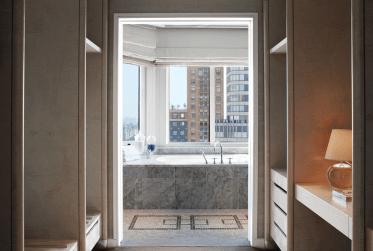 Marmorbadeværelserne på The London Hotel har adgang til et stort walk-in closet