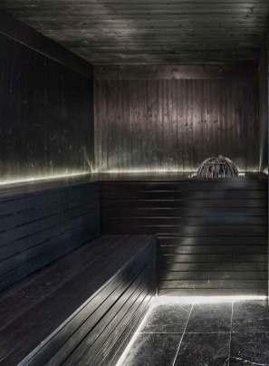 Saunaen er malet sort med en specialfremstillet nuance fra Finland.