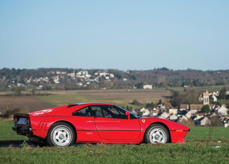 305 kilometer i timen var den officielle topfart, hvilket gjorde Ferrari 288 GTO til den hurtigste serieproducerede bil i sin tid. Den var markant hurtigere end andre Ferrari-modeller.