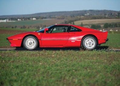 Pininfarinas linjer er usædvanligt sexede, og 288 GTO har flere detaljer tilfælles med forfaderen 250 GTO fra 1960'erne –for eksempel den brat afskårne bagende med de runde lygter.