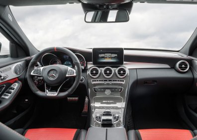 En AMG er som udgangspunkt generøst udstyret, men ekstraudstyrslisten er alligevel lang. Testbilen havde bl.a. AMG S Performance-sæder i peberrødt læder.