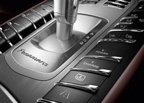 Panamera S E-Hybrid er komfortabel takket være sin luftundervogn. Sportsligt har den vægten imod sig og vejer eksempelvis 300 kg mere end den markant kraftigere Turbo S.