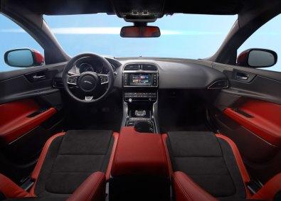 Interiøret i XE blærer sig med den tjekkede runde gearvælger, som hæver sig fra midterkonsollen, når du starter motoren. XE fås også med manuel gearkasse.
