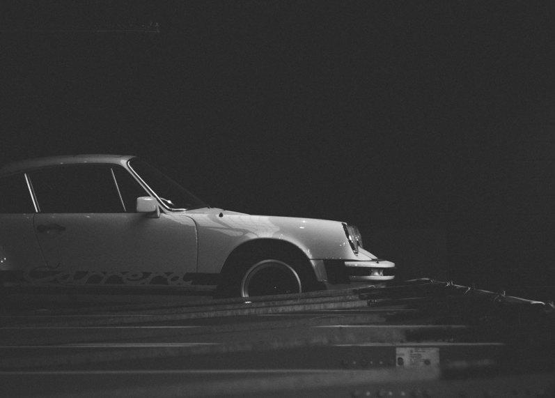 Nye superbiler står side om side med elegante sportsvogne, og det er vigtigt for folkene bag garagen, at der er noget pænt og ikke mindst interessant at kigge på, når der er kunder i anlægget.