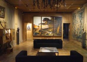 Museumsdirektør Claude d'Anthenaise har formået at skabe et helt unikt museum, hvor værker fra gæsteudstillere blandes ind i den permanente udstilling for at skabe øget bevidsthed gennem kontrast, provokation og ikke mindst humor.