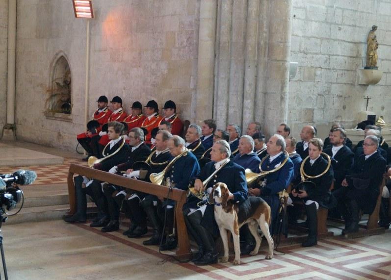 Skt. Hurbertus-gudstjeneste hvor jagtherren, Alain Drach, ifølge traditionen har en af sine bedste hunde med i kirken.