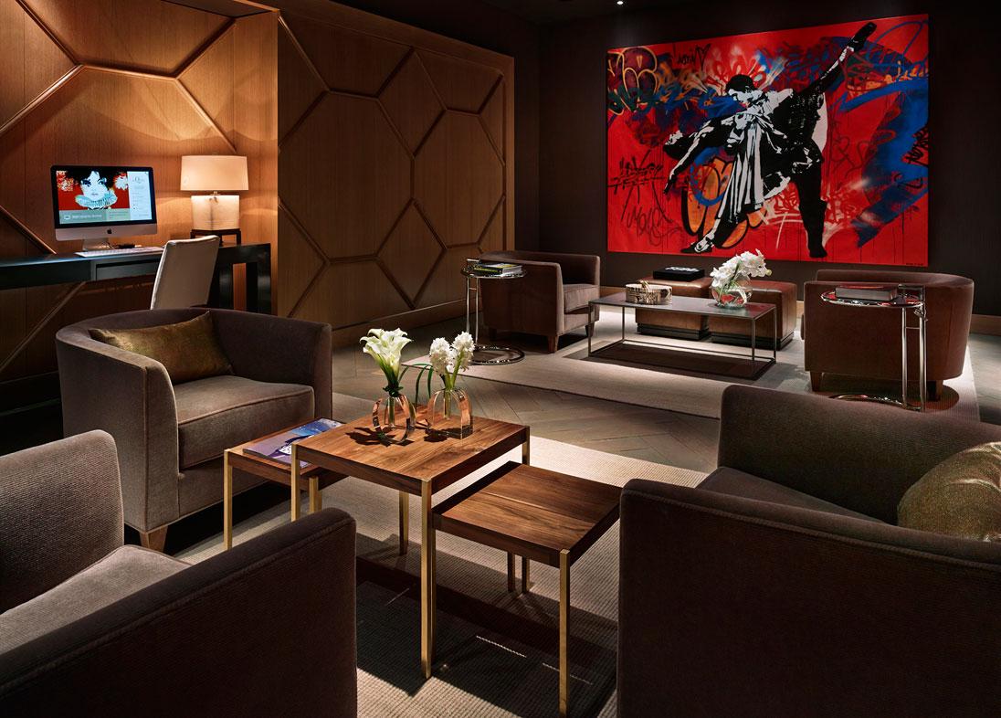 Hotellet er smukt og stilfuldt indrettet med højt til loftet og kunst på væggene, hvilket giver en international atmosfære.