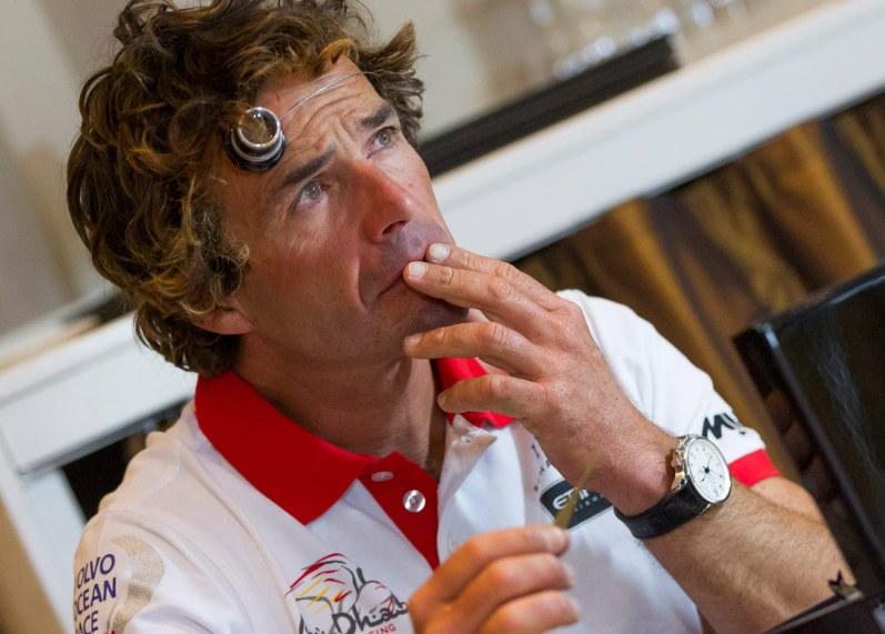 """Mandskabet fra Abu Dhabi Ocean Racing prøvede kræfter med urmageriets kunst. Her ses Roberto """"Chuny"""" Bermundez under en Master Class i Gøteborg."""
