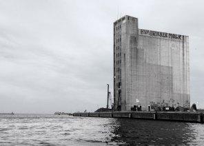 Kornsiloen i Københavns Nordhavn i sin oprindelige udformning. Øverst oppe anes det legendariske spørgsmål 'HVA DRIKKER MØLR'.