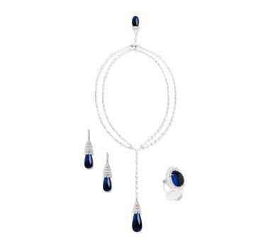 Schreiner Fine Jewellery-suiten 'Bubble' af 18 karat guld og platin – 169 farveløse brioletteslebne diamanter (i alt 91.01 carat) og 169 farveløse brioletteslebne diamanter (i alt 73.42 carat), 578 brillanter (i alt 4.15 carat), tre marquiseslebne diamanter (i alt 2.23 carat), en blå-blå tanzanitcabochondråbe på 111.34 carat, en blå-blå cabochonsleben tanzanitdråbe på 35 carat; et par tanzanitcabochondråber på i alt 61.15 carat og en oval tanzanitcabochon på 48.97 carat.