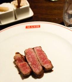 Marmoreringen er kraftig i rygstykket, hvilket giver kødet en helt speciel struktur – men smagen er dyb og intens.