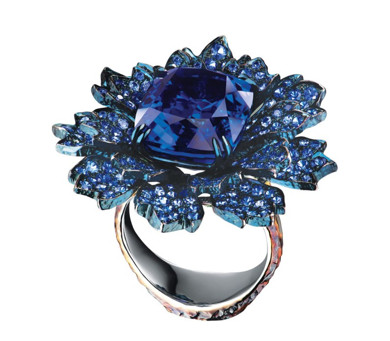 Jewellery Theatres 'Centaury'-ring af guld med 280 safirer (i alt 3.85 carat), 32 tsavoritter (i alt 0.50 carat) og en tanzanit på 12.89 carat.