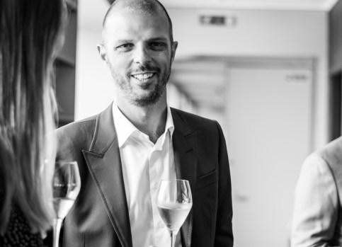 Chefredaktør Per Ingdal nyder de gyldne dråber fra Krug