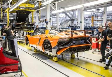 Ferruccio Lamborghini ville have rundet de 100 i år, mens bilen, der gjorde hans navn berømt, fylder 50. Selvom mærket i dag er overtaget af Audi, produceres de legendariske superbiler stadig på den historiske fabrik i Sant'Agata ved Bologna. Her ses en af de seneste, Aventador SV.