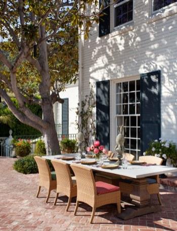 En frokost i solen kan passende nydes på terrassen.