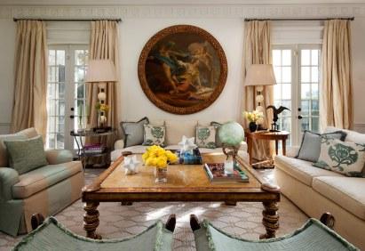 Sammensætningen af senmoderne kunst og nøje udvalgte antikviteter giver indretningen kant og personlighed. Det runde maleri over sofaen har Mads Ulrich købt på en auktion i London. Det er fra 1800-tallet og er en hyldest til den franske rokokomaler Jean-Baptiste Marie Pierre.