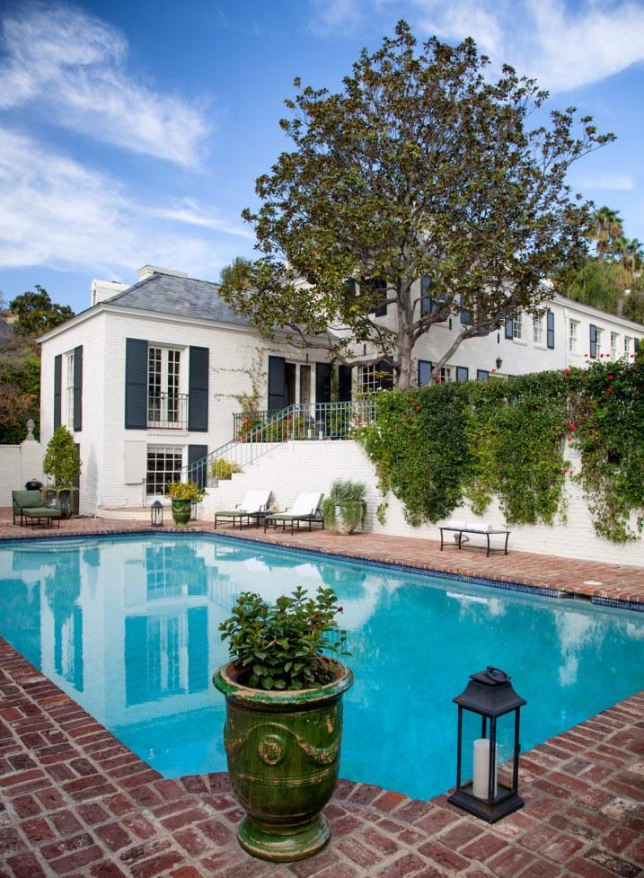 Når en pool ikke længere bare er en pool. Den usædvanlig store størrelse er ikke hverdagskost i L.A. Poolen virker både iøjnefaldende og beroligende. Scenen er sat med det turkise element, der bliver omkranset af de røde sten lagt i herringbonemønster, hvilket supplerer det færdige indtryk. Værsgo at nyde!