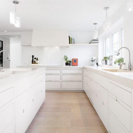 Køkknet har Quooker-vandhaner, så vandet til teen eller danskvanden altid er klart. Armaturerne er fra Vola.