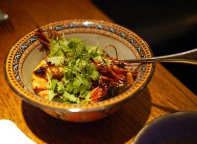 Nahm ligger i COMO Metropolitan Hotel og er tidligere blevet kåret til Asiens bedste restaurant. Menukortet er omfattende, men tasting menuen er det naturlige valg. Disse fantastiske, saftige tigerrejer med hvidløg, chili og skalotteløg er i referenceklassen.