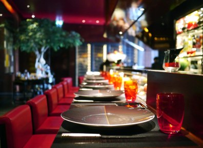 Man kan lade op med et besøg i Robuchons flotte bar.