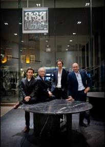 Massimiliano Busnelli sammen med sin far Giorgio og designerne Barber & Osgerby, som blandt andet har tegnet bordet Tobi-Ishi.