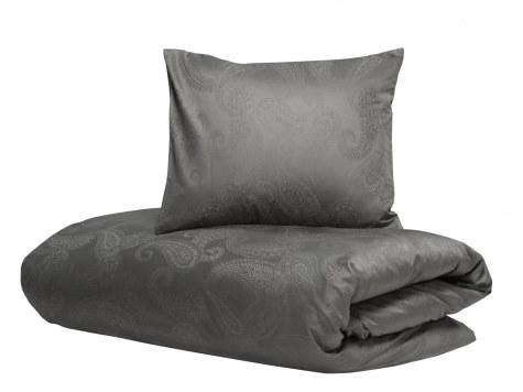 Hästens lancerer luksuriøst sengetøj i den fineste kvalitet for den bedste søvn. Fås i grå eller hvid, begge med engelsk paisleymønster. Pudebetræk 50x60 cm, 700 kr. Dynebetræk 240 x 220 cm, 3.500 kr.