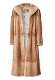 Spændende samarbejde mellem Pernille Teisbæk og Kopenhagen Fur. Den lækre minkkåbe forhandles eksklusivt af Holly Golightly og er kun produceret i et begrænset antal. Pernille Teisbæk & Kopenhagen Fur-pels, 35.000 kr.