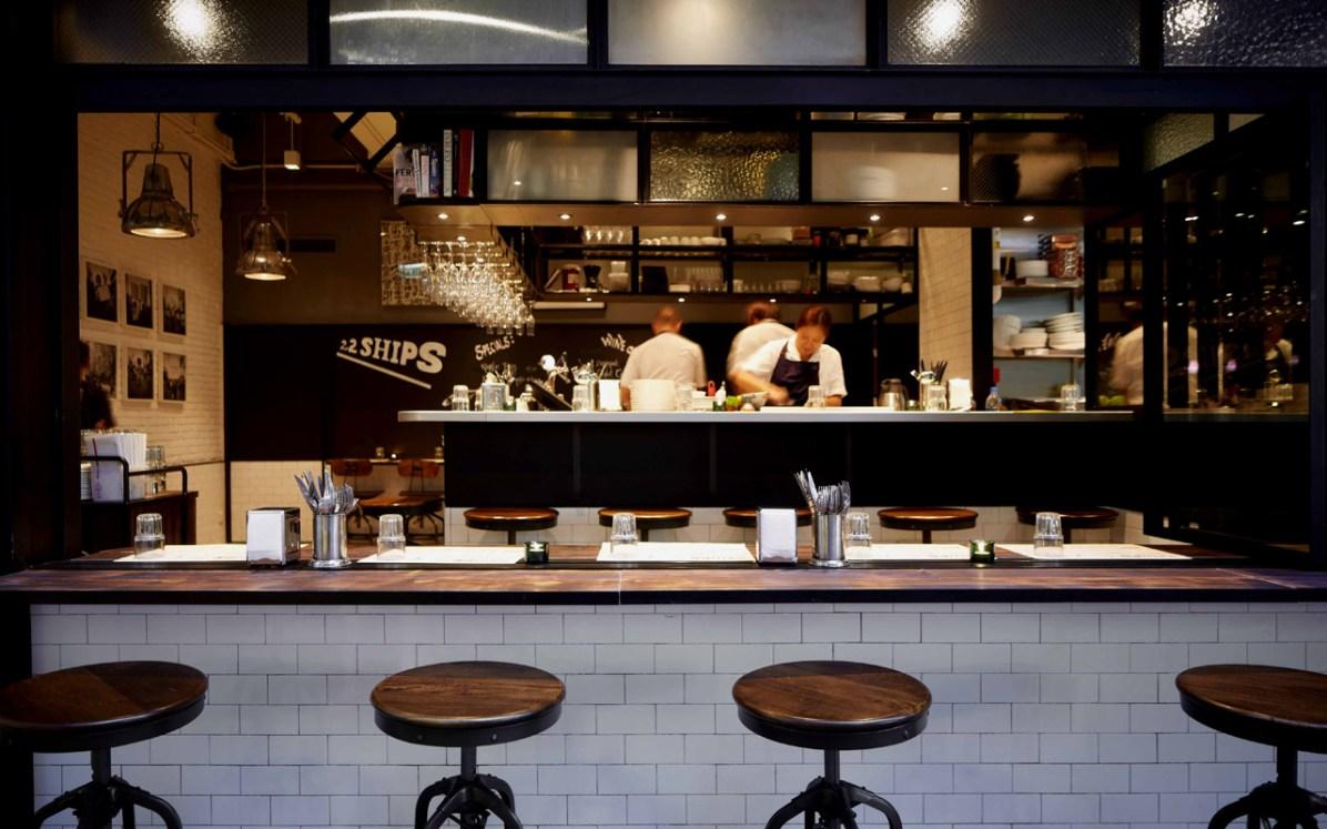 Mens vi hygger os i baren, tryller kokken de mest fantastiske retter frem fra det lille køkken.