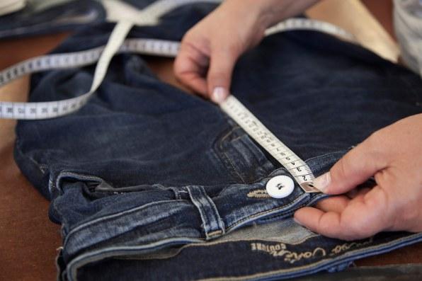 """""""Made in Veneto"""" står der i bukserne. En stor del af produktionen foregår i hånden."""