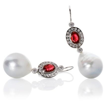 Dulong Fine Jewelry-rosetøreringe af 18 karat hvidguld med to Burma rubiner (i alt 4.09 carat), diamanter (i alt 1.08 carat) og 17 mm dråbeformede South Sea kulturperler. 180.000 kroner