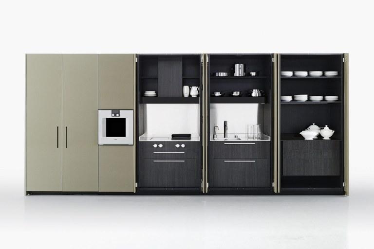 Køkkenet Hide er et blandt de mange, som Piero Lissoni har designet for Boffi. Nogle vil synes, at det er synd at gemme så smukt et køkken væk bag de store låger, men for Lissoni går det hånd i hånd med hans enkle, simple og stilrene måde at designe på.