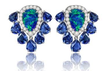 Øreringe af 18 karat hvidguld med i alt 3 carat opaler, 9 carat safirer og 1 carat diamanter. 77.000 kroner